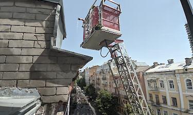 У Києві горіла багатоповерхівка, людей довелося масово евакуювати. Фото