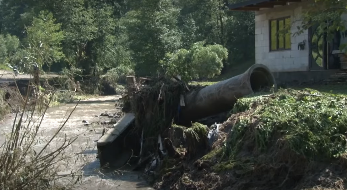 На Закарпатье селевым потоком снесло в реку 10 автомобилей и 30 мостов. Фото
